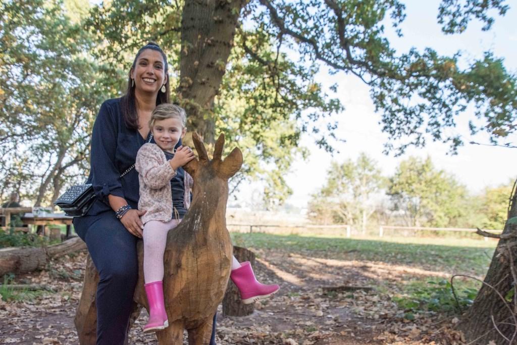 Sherida en dochter Charlotte maken plezier in het KlauterWoud.  © Minerve Pers