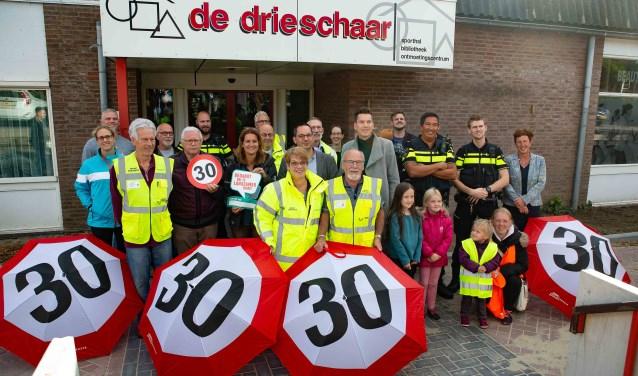 Het gezelschap dat in Ossendrecht de officiële aftrap gaf van de actie tegen te hard rijden.