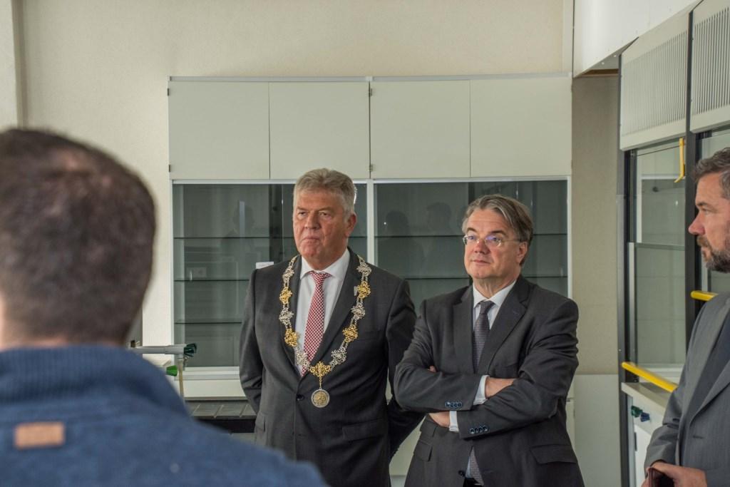 Commissaris van de Koning Wim van de Donk bekijkt het Bergse IRS-gebouw.  © Minerve Pers