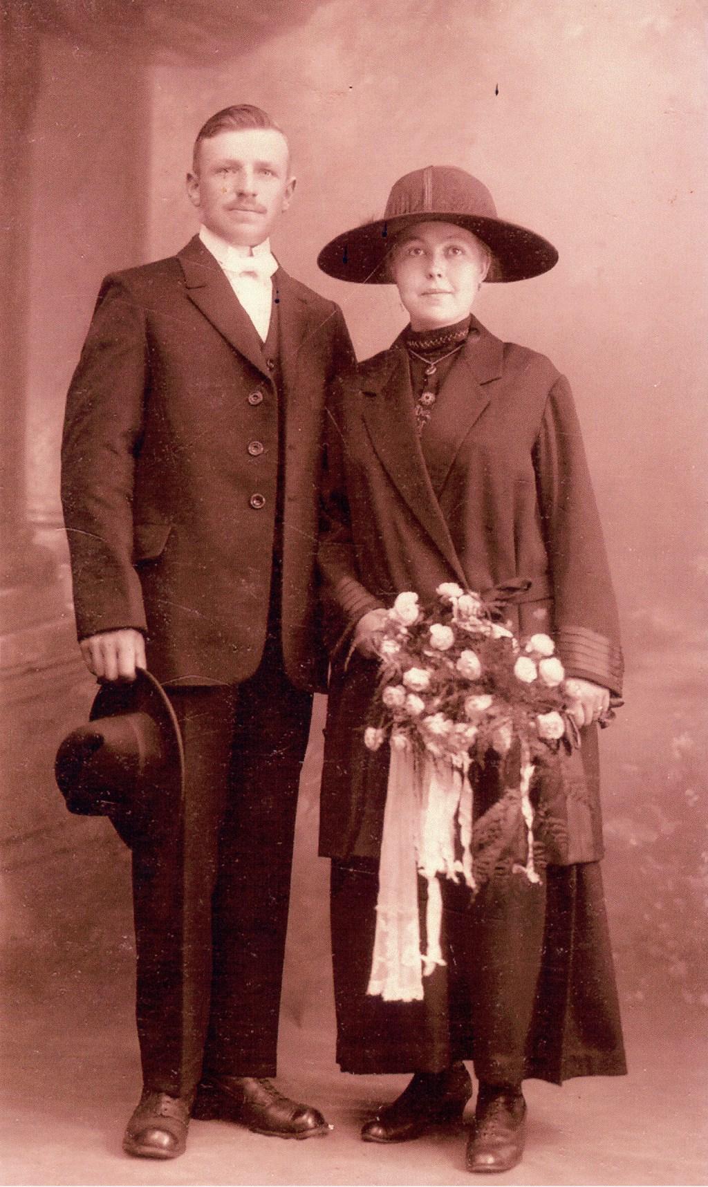 De 'nieuwe' oude foto met het bruidspaar.  © Minerve Pers
