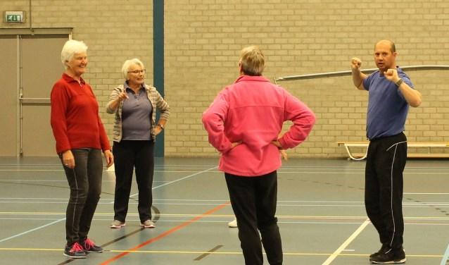 Jacky Jansens tijdens een sportactiviteit voor senioren.