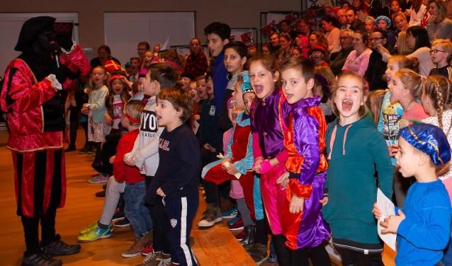 Volop meezingen tijdens de succesvolle Pietenshow van Woehoo in Kloosterhof.