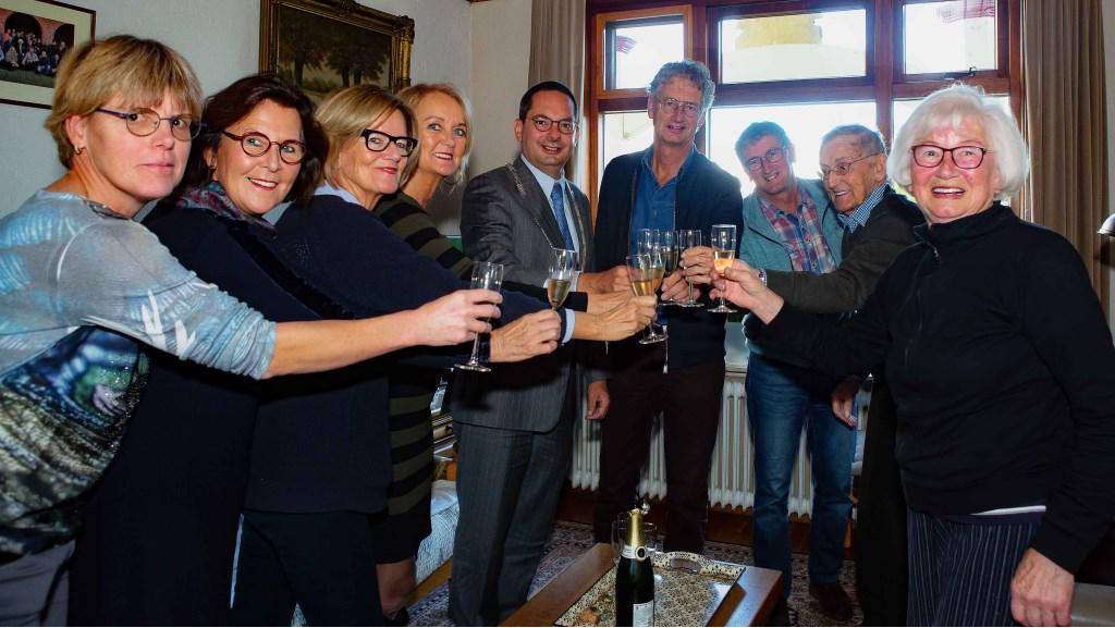 Een toast op de volgende 5 jaar!  © Minerve Pers