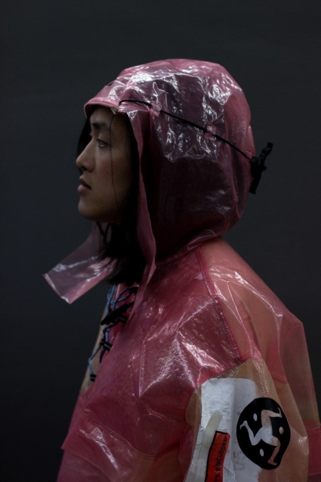 Eén van de modellen showt de kleding van Alicia's afstudeerproject: 'Noeskwam; A Model for a Qualitative Society'.  © Minerve Pers
