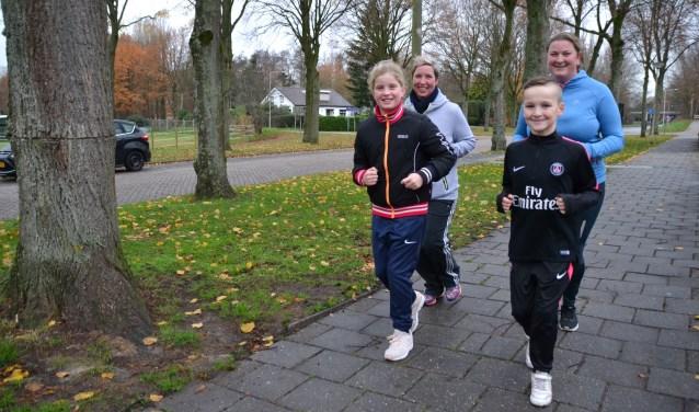 Enthousiast maken deze vier Lepelstraatse sportievelingen hun rondje.