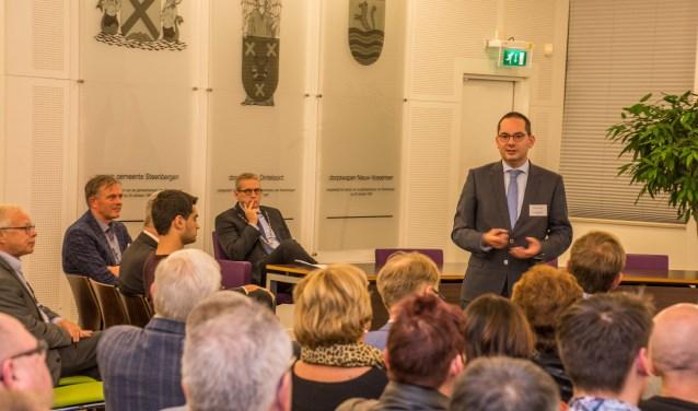 De Woensdrechtse burgemeester Adriaansen spreekt de drie gemeenteraden toe.