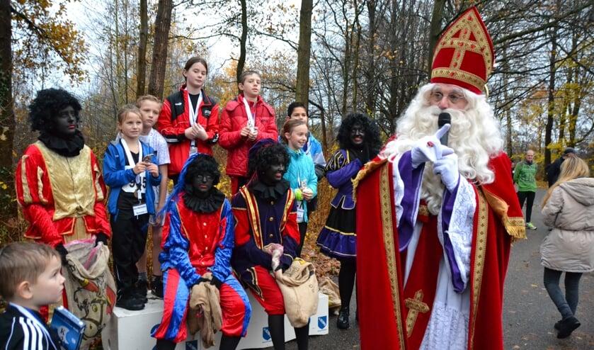 Huldiging van de kinderen bij de surpriseloop door niemand minder dan Sinterklaas.