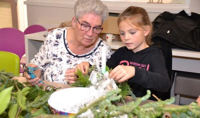 Vol aandacht samen kerststukjes maken bij Zo BSO op het Groene Hart.