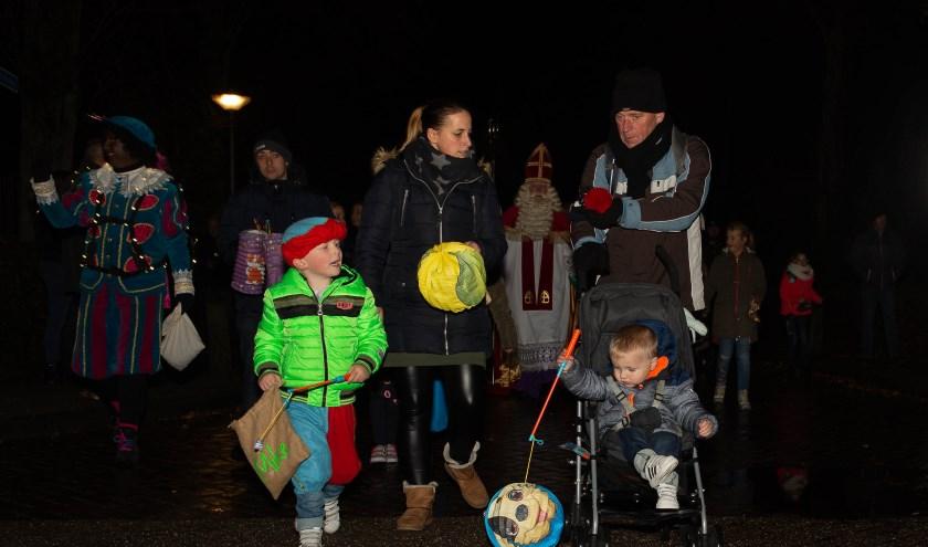 Een kleurrijke stoet vol verlichte lampions trok door het dorp met de Sint.