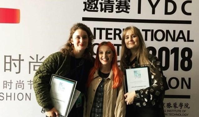 Alicia Minnaard (links) en haar concullega's tijdens de International Young Design Competition.