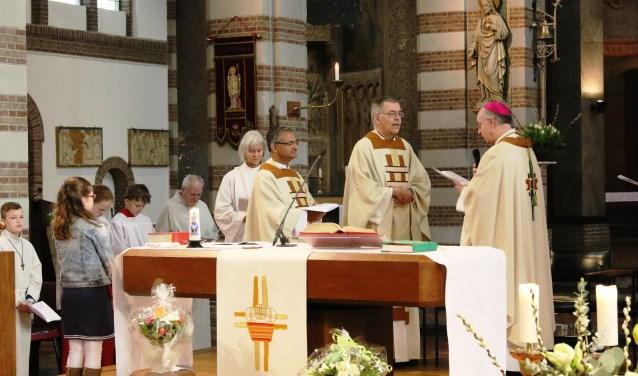 Pastoor Hans de Kort wordt door Mgr. Jan Liesen, bisschop van het bisdom Breda, geïnstalleerd als nieuwe pastoor van de Sint Christoffelparochie en de Sint Annaparochie.