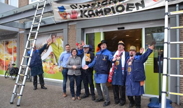 De Geveldweil van Stichting Alterse Carnaval werd bevestigd aan de gevel van de supermarkt aan de Dorpsstraat.