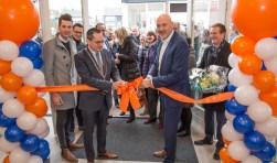 Burgemeester Adriaansen en bankdirecteur Van Diest openen de nieuwe Rabobank in Hoogerheide.