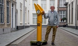 """BSD-voorman Louis van der Kallen met zijn beroemde """"praatpaal""""."""