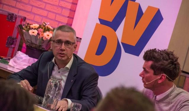VVD-lijsttrekker Manus Bolders verdedigt zijn standpunt terwijl zijn CDA-collega Jeffrey van Agtmaal toekijkt. Foto: Dennis van Loenhout © Minerve Pers