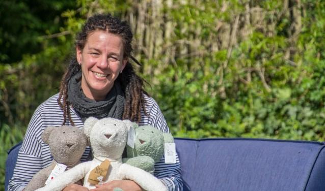 Lia Donkers met haar Cooz en Bear die zowel de CliniClowns als kinderen in het buitenland gelukkig maken.