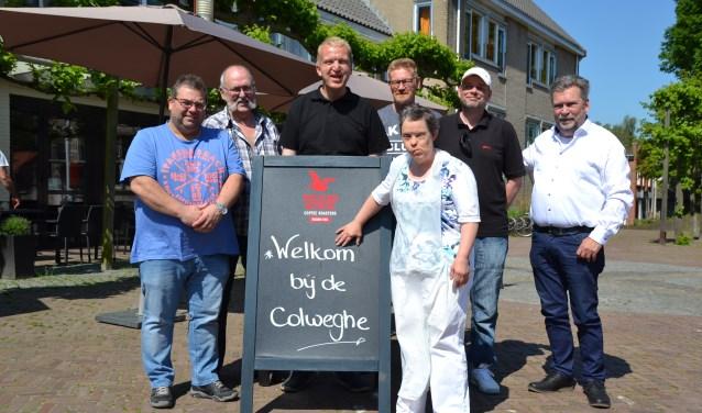 De organisatoren van het koppelbiljarttoernooi samen met mensen van dagactiviteitencentrum de Colweghe.