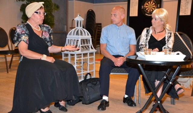 Grande dame actrice Ina met regisseur Leen en oud collega Marja.