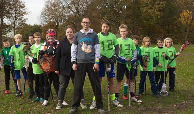 Het Ogers jeugdteam met coach Daniël en zijn vrouw Fleur.