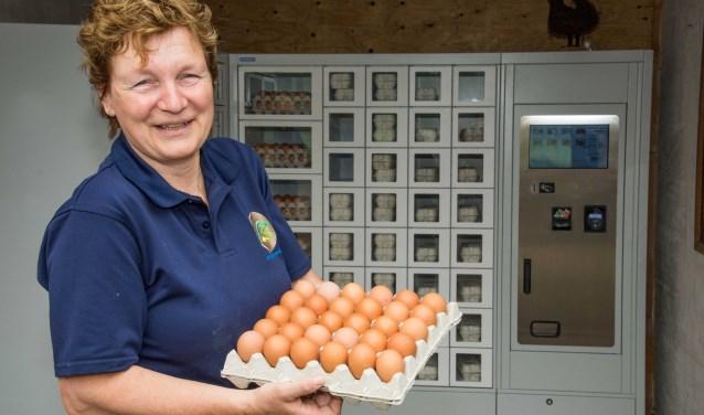 Annelies van Hooijdonk met kakelverse Brabantse Wal Eieren voor de hypermoderne eierautomaat.