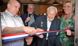 Opa Dingeman Brok (92) knipt het lint door als openingshandeling bij het Dorpskoffiehuis temidden van Patrick en Patricia Spieringhs en Martin Groffen.