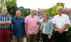 Het bestuur van het Dorpsplatform Woensdrecht. V.l.n.r. Kees Gravemaker, Herman Heins, Gerard v.d. Bergh, Marjolein v. Put die sinds vandaag Niek van Essen opvolgt en voorzitter Jac Smeijers.