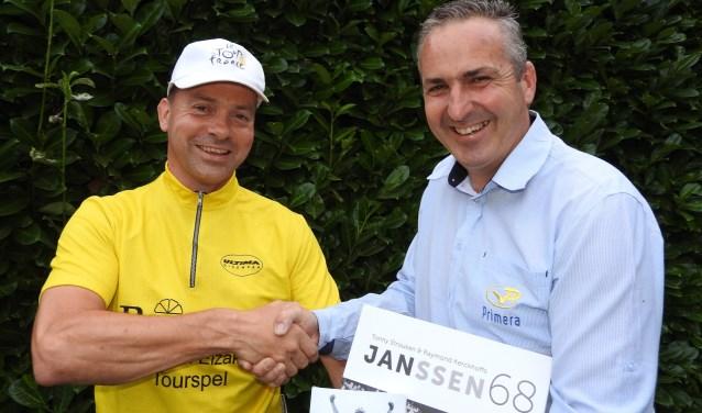 Tourspelwinnaar Eric Goossens wordt gefeliciteerd door Niels van Elzakker.