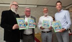 Vlnr: Bert Janssens, Martin Groffen, Hans Hermes en Jeffrey van Agtmaal. Zij ontvingen het eerste exemplaar van het stripboek.