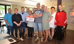 Uitreiking van de cheque door het bestuur van het Koppeltoernooi aan de Colweghe.