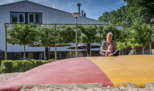 Anne-Rose Broere - met nichtje Rylee - op de boltrampoline.