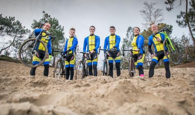 Trainer Ronald Nooij met zijn Huijbergse pupillen: Brent, Maarten, Joost, Bianca en Marlon.