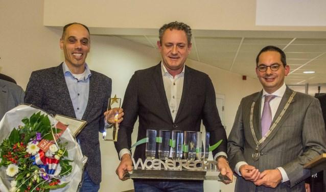 Directeuren Ricardo Moerkens en Lennaert van Dijk van Tummers Food Processing ontvangen de promotieprijs van burgemeester Steven Adriaansen.