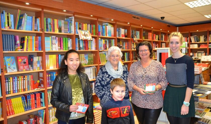 Van links naar rechts: hoofdprijswinnares Fleur-Li Dierkx, de dames Kruf en Wolswijk, medewerkster Fleur van Boekhandel Vermeulen en voor Daan Weijts.