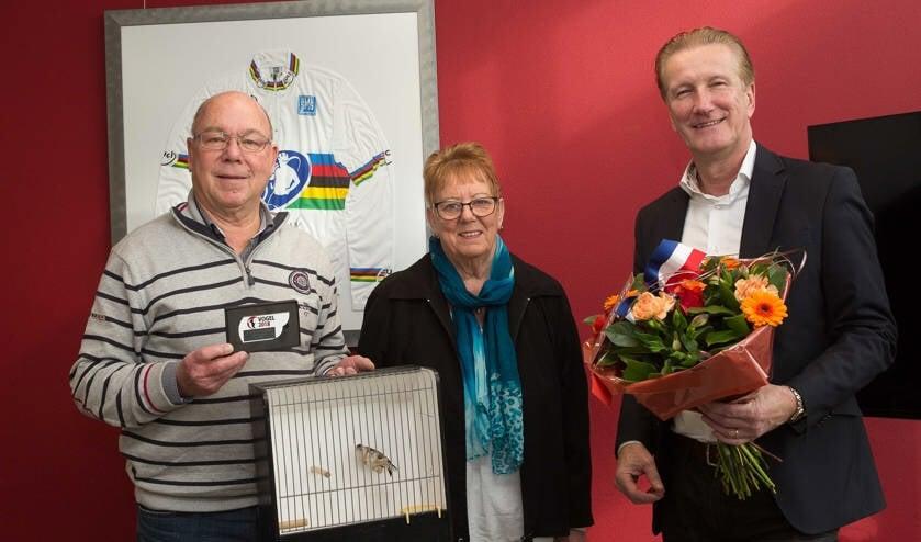 Cees van der Linden werd vorig jaar nog gehuldigd in verband met zijn prestaties in de vogelsport.