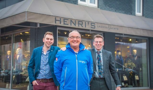 Bram en Harry Beening van Henri's Ladies & Gents poseren met Wielercomité-vrijwilliger Cees van Wijk, die zijn NK-jas draagt.