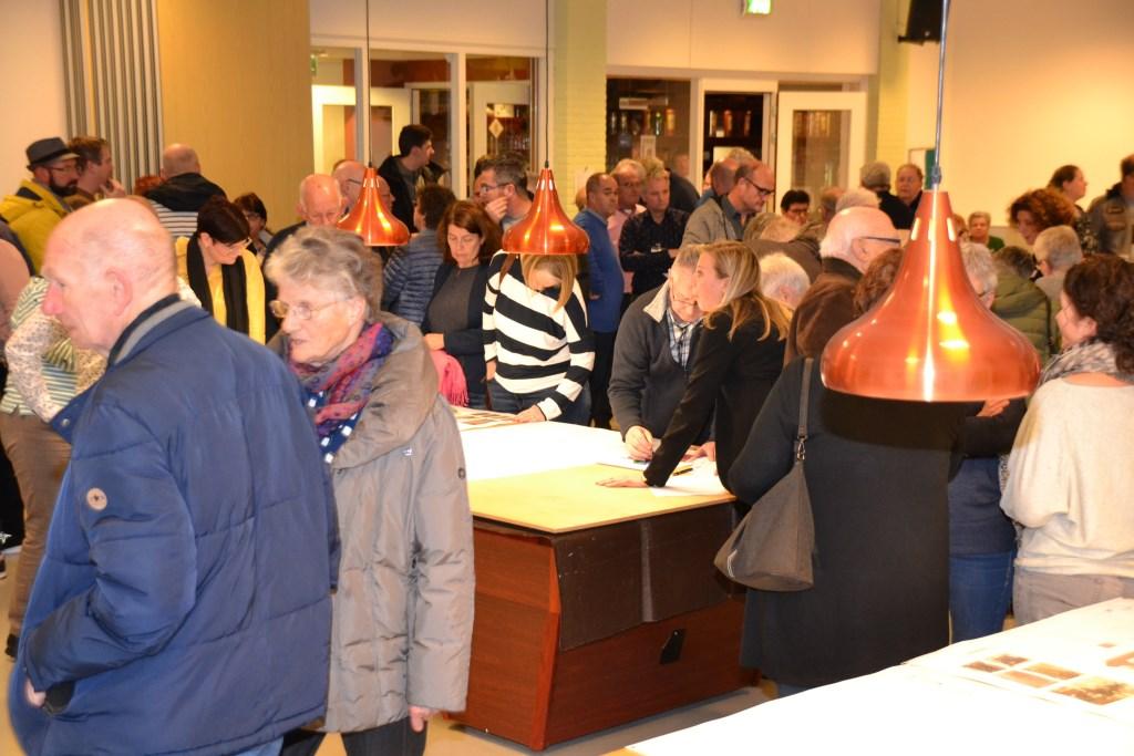 Op een druk bezochte informatieavond in de Wittenhorst worden veel vragen over Project Vogelenzang beantwoord.  © Minerve Pers