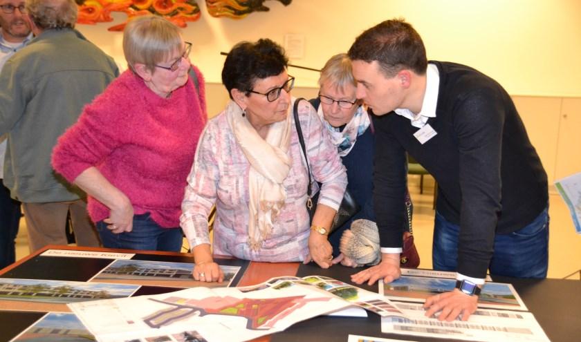 Op een druk bezochte informatieavond in de Wittenhorst worden veel vragen over Project Vogelenzang beantwoord.