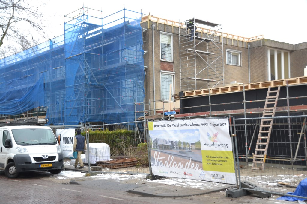 Renovatie van appartementencomplex De Merel met uitbreiding voor daghoreca vordert zienderogen.   © Minerve Pers