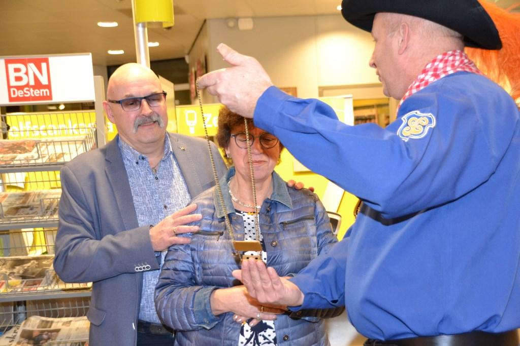 Chris en Mia Grinwis van PLUS onderscheiden door Alterse Carnaval.  © Minerve Pers