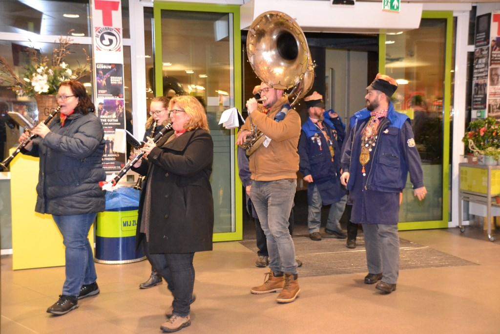 Ook muzikaal vertier was aanwezig bij PLUS Halsteren bij de huldiging.  © Minerve Pers