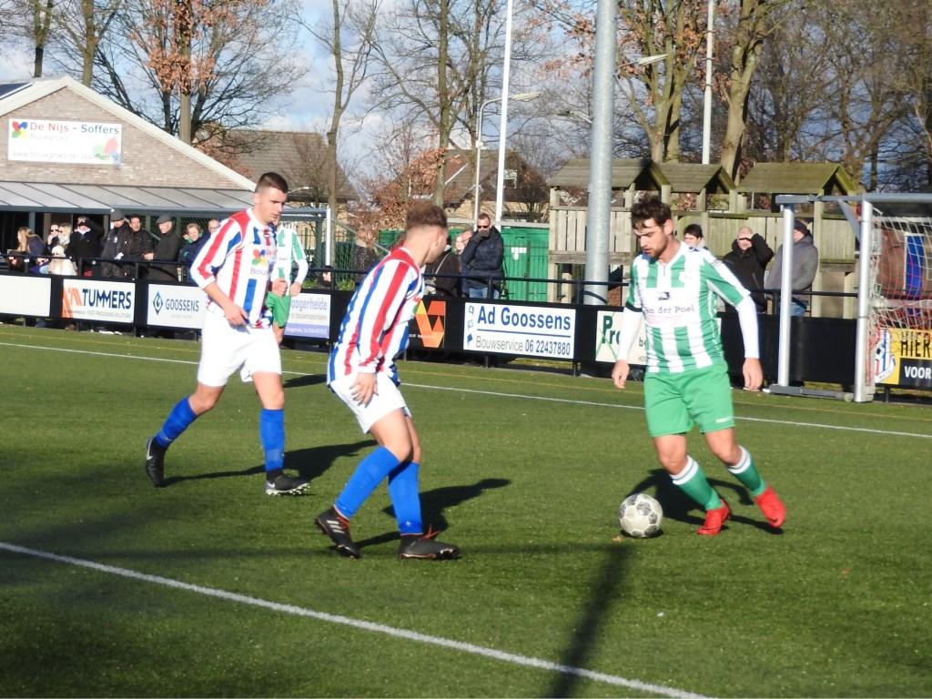 Mitchell Elenbaas in duel met Johan van Kalmthout.