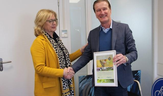 Wethouder Hans de Waal en mevrouw van Nes van Brabants Landschap ontvangen het certificaat.