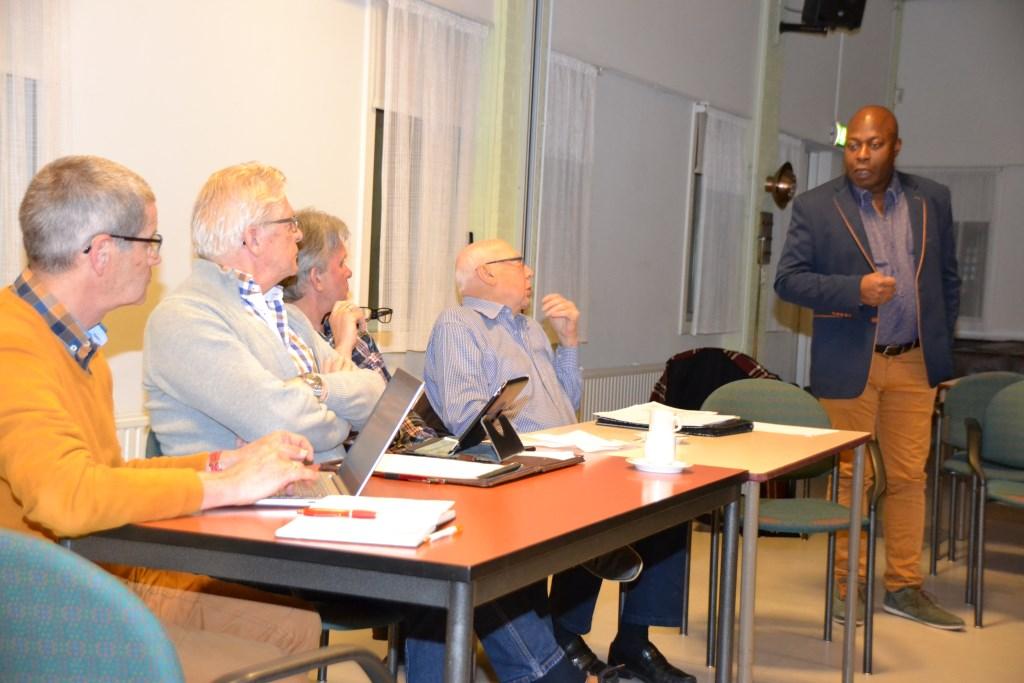 Vanuit aanwezigen bij de vergadering van Dorpsraad Halsteren werden kritische vragen gesteld over windmolens.   © Minerve Pers