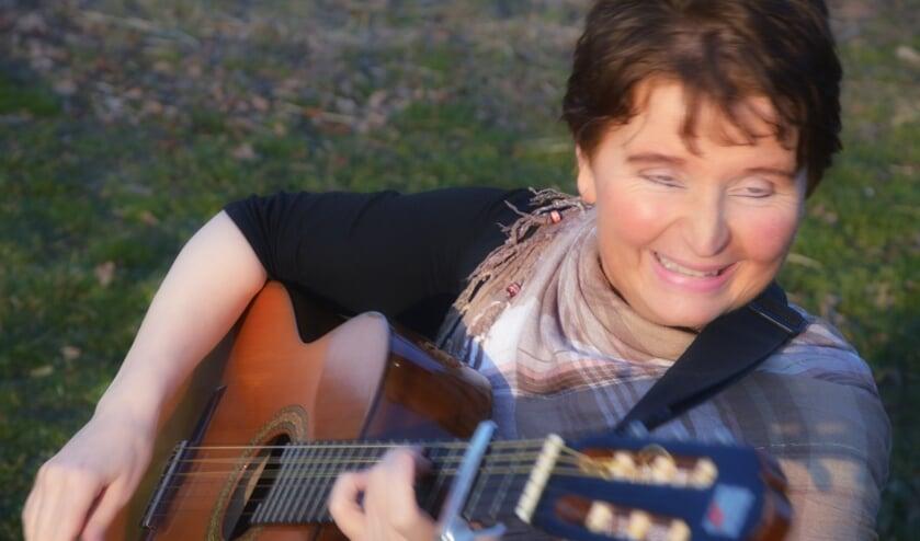Anja van der Weegen zingt al haar hele leven en presenteert nu een cd.