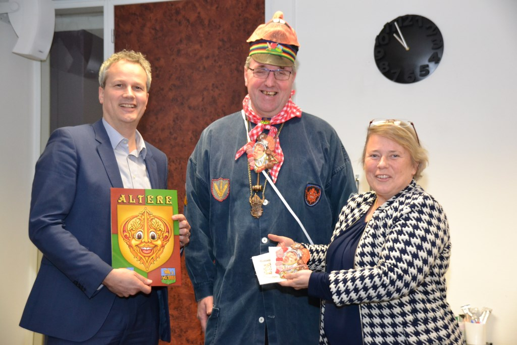 Wethouder Evert Weys ontving de Alterse carnavalsgids.  © Minerve Pers