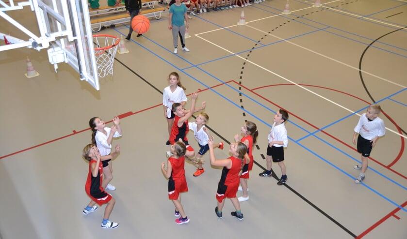 Jongeren tijdens het schoolbasketbaltoernooi.