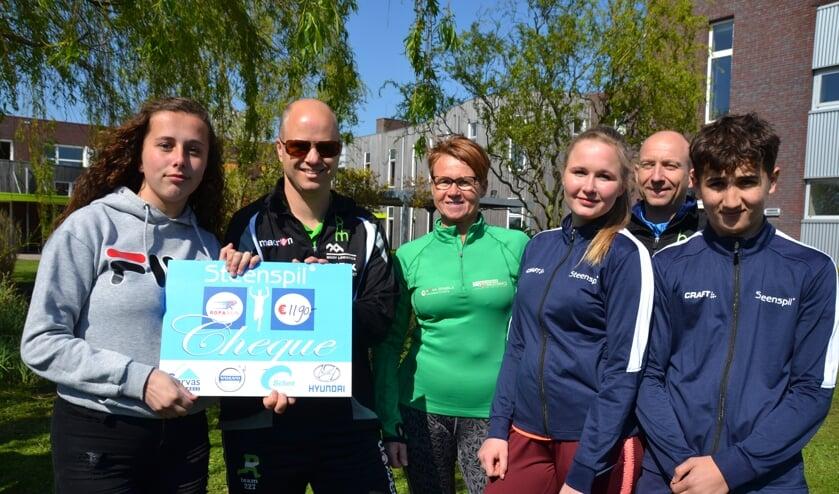 Uitreiking van de cheque door leerlingen van Steenspil aan leden van Roparunteam De Brabantse Wal.