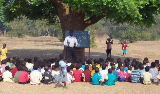 Kinderen krijgen buiten les door het tekort aan lokalen