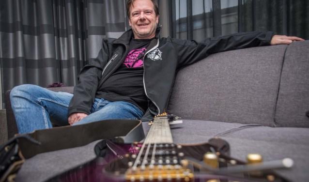 Patrick Beuckelaers is niet alleen stagemanager maar ook gitarist.