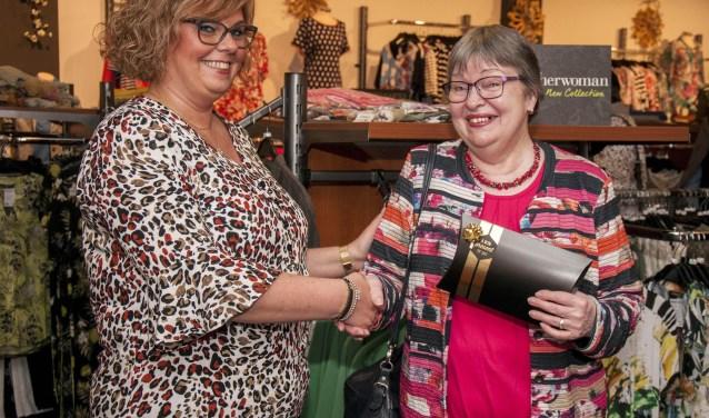 Mevrouw van Geel uit Hoogerheide ontvangt de hoofdprijs, een fashioncheque van €500 uit handen van eigenaresse Anita Sebrechts.